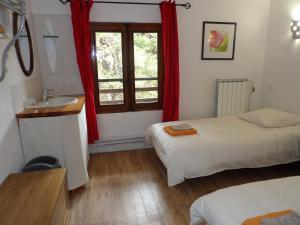 A bed or beds in a room at Le Relais de l'Artuby