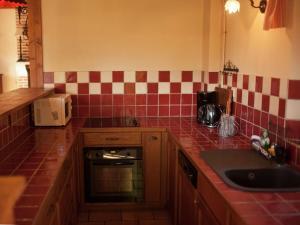 Cuisine ou kitchenette dans l'établissement Vintage Holiday Home in Sentelie near Amiens