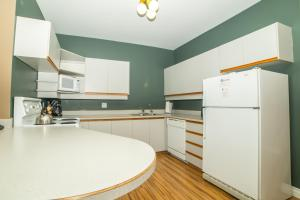 A kitchen or kitchenette at The Hamilton by OBASA Six Three Suites