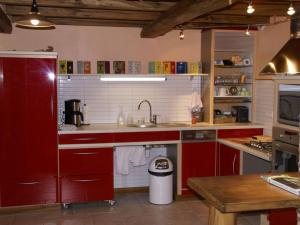 A kitchen or kitchenette at Fine holiday home in the surroundings of Vitry-aux-Loges near large swimming lake