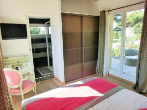 A bed or beds in a room at Villa Azur Golf