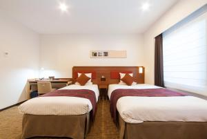 A bed or beds in a room at HOTEL MYSTAYS Haneda