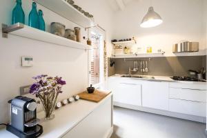 A kitchen or kitchenette at Cassari UpArtments