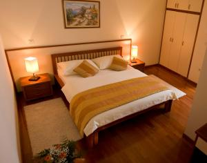 A bed or beds in a room at Hotel Trogir Palace