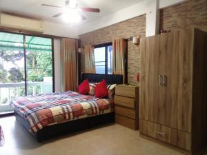 Кровать или кровати в номере Rawai Condotel