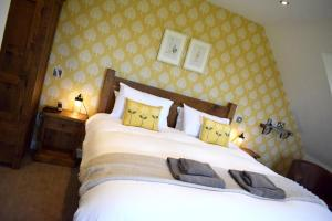 A bed or beds in a room at The White Hart Inn