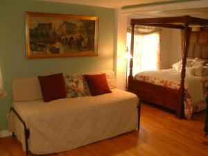A bed or beds in a room at Truman Gillet House B & B