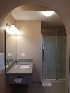 A bathroom at Sunrise Motel