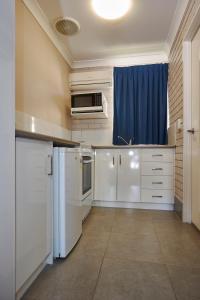 A kitchen or kitchenette at Jefferys Motel