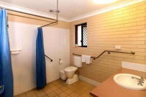 A bathroom at Jefferys Motel