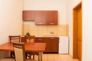 A kitchen or kitchenette at Kamienica Pod Aniolami