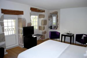 A bed or beds in a room at Hotel Le Temps De Vivre