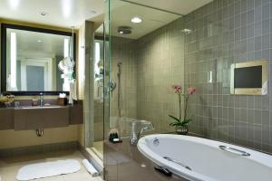 A bathroom at Hotel Sofitel Los Angeles at Beverly Hills