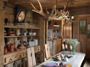 A restaurant or other place to eat at Beautiful Chalet with Jacuzzi and Sauna in Thirimont