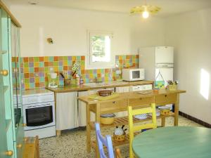 A kitchen or kitchenette at Lovely Holiday Home in Talairan with Swimming Pool