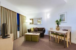 A seating area at Oakwood Hotel & Apartments Brisbane