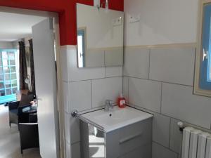 A bathroom at Domaine Levignot Braize