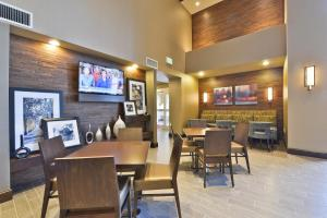 A restaurant or other place to eat at Hampton Inn & Suites Greensboro/Coliseum Area