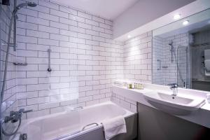 A bathroom at DoubleTree by Hilton Cheltenham
