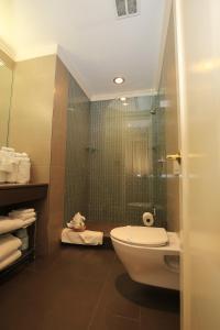 Um banheiro em Radio City Apartments