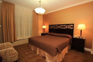 A bed or beds in a room at Radio City Apartments