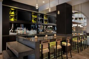 The lounge or bar area at Embassy Suites by Hilton Orlando International Drive Convention Center