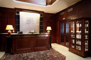 De lobby of receptie bij Hotel Villa