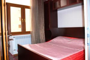 A bed or beds in a room at Cozy Apartnents near Hotel Armenia Mariot