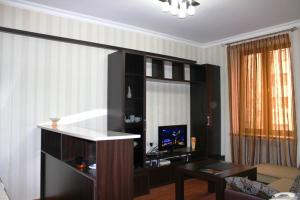 A television and/or entertainment center at Cozy Apartnents near Hotel Armenia Mariot