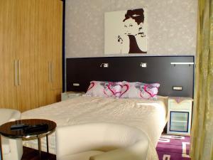 En eller flere senger på et rom på Meridian Hotel