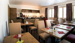 A restaurant or other place to eat at ROOM'Z zimmeraufzeit