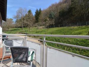 Ein Balkon oder eine Terrasse in der Unterkunft Cozy Apartment in Kerpen with Garden