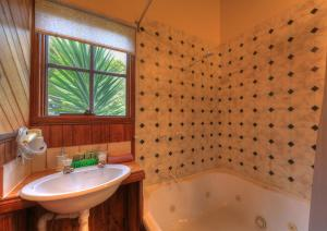 A bathroom at Stanley Lakeside Spa Cabins