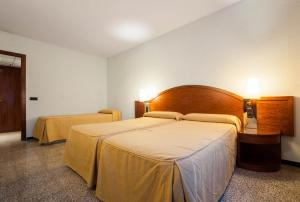 A bed or beds in a room at Hotel Gaudi