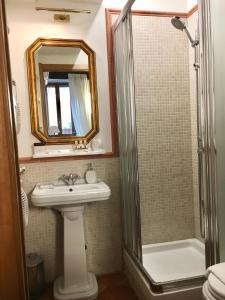 A bathroom at Pettinary Village B&B