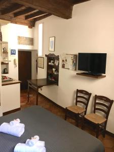 A television and/or entertainment centre at Pettinary Village B&B