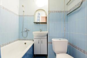 Ванная комната в Busines Brusnika Apartment Vystavochnaya