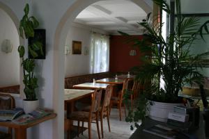 Ein Restaurant oder anderes Speiselokal in der Unterkunft Bergener Hof