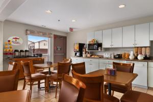A restaurant or other place to eat at Super 8 by Wyndham Yellowknife