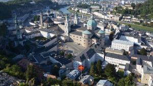 Blick auf Townhouse Weisses Kreuz aus der Vogelperspektive