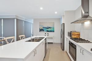 A kitchen or kitchenette at Into The Blue