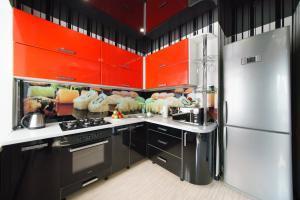 Кухня или мини-кухня в PaulMarie Apartments on Zaslonova 4