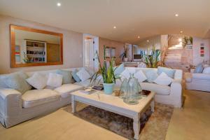 A seating area at Atlantique Villa Camps Bay