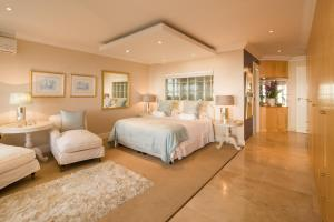 A bed or beds in a room at Atlantique Villa Camps Bay