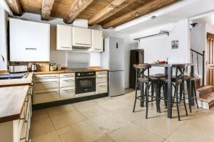 Cuisine ou kitchenette dans l'établissement Le Patio Carreterie - Maison chaleureuse avec Jacuzzi Extérieur Privatif - Primée pour sa déco