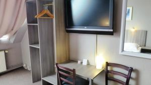 A television and/or entertainment centre at Hotel Rehberge Berlin Mitte