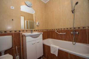 Een badkamer bij Grand Hotel Aranybika