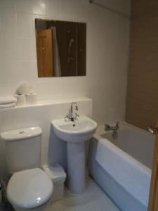 A bathroom at House for Groups & Contractors Kilmarnock