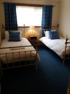 A bed or beds in a room at House for Groups & Contractors Kilmarnock