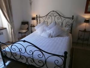 A bed or beds in a room at Maison de la Place